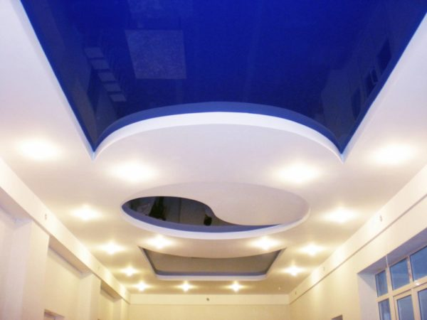 дизайн потолка для коридора со светом